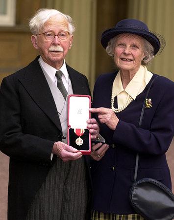 Harold Ridley nombrado caballero en febrero de 2000