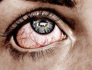 Manchas de sangre o venas en el ojo