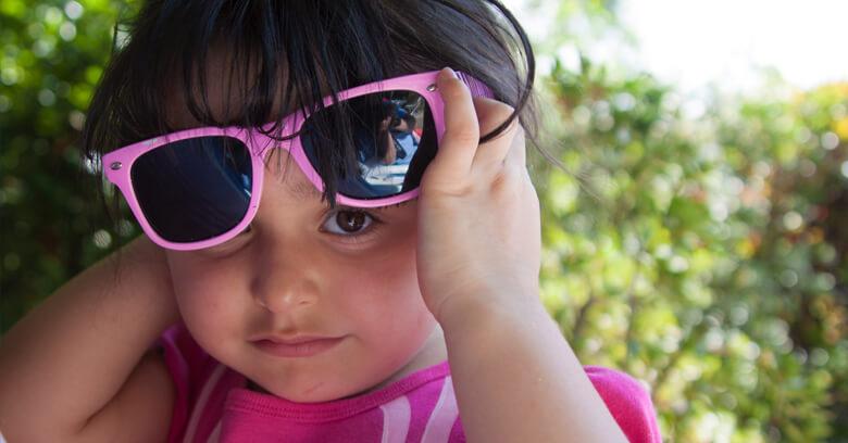 Poner gafas de sol a bebés